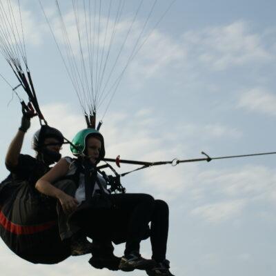 Lot paralotnią za wyciągarką w tandemie